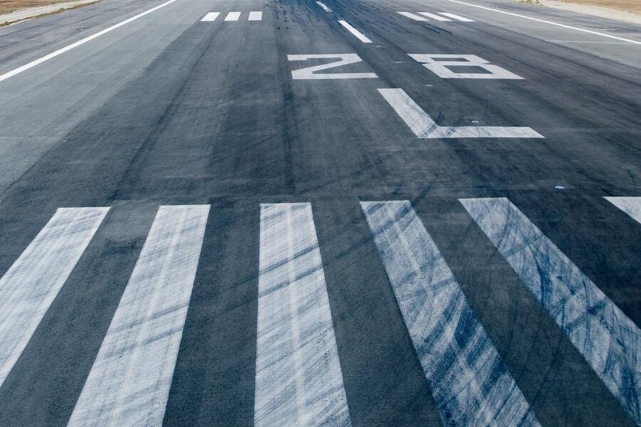 空港および空港のアスファルト舗装面へのガイド  軍用滑走路
